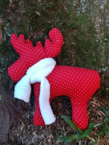 Renas vermelhas para enfeitar a árvore de Natal. Atelier de Artesanado Cia das Mãos, em Gramado.